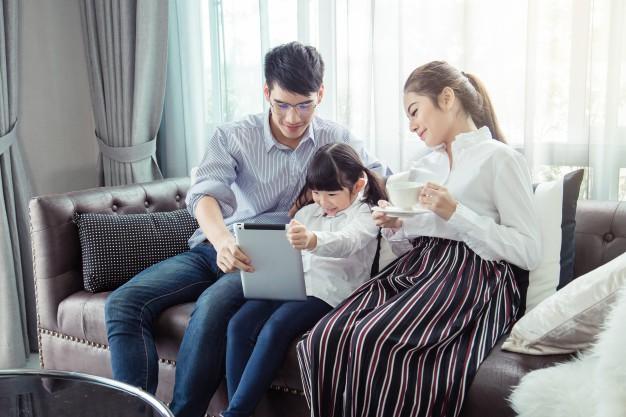 برنامه مورد علاقه فرزندانتان را به زبان اصلی تماشا کنید
