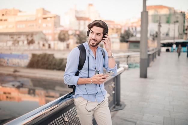 گوش کردن به پادکستهای زبان هنگام رفت و آمد به محل کار راهکار مناسبی برای یادگیری زبان است