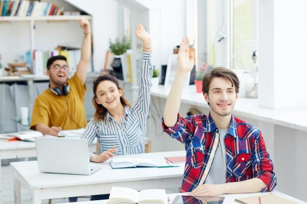سعی کنید در کلاس زبان انگلیسی همواره برای مکالمه و روخوانی متون داوطلب شوید