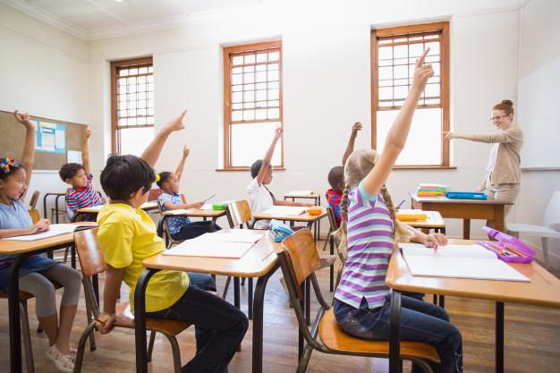 سیستم آموزشی مدارس به مدرسین این امکان را نمیدهند که روی مکالمه زبان تمرکز کنند
