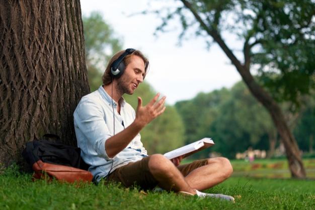 خواندن روی موسیقی بیکلام یکی دیگر از روشها برای تمرین زبان است